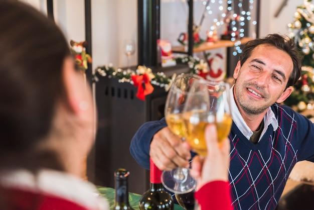 Uomo che clanging bicchiere di vino con donna Foto Gratuite