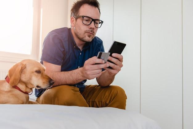Uomo che compra online Foto Premium