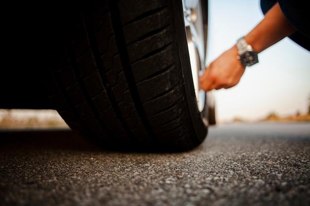Uomo che controlla la ruota Foto Gratuite