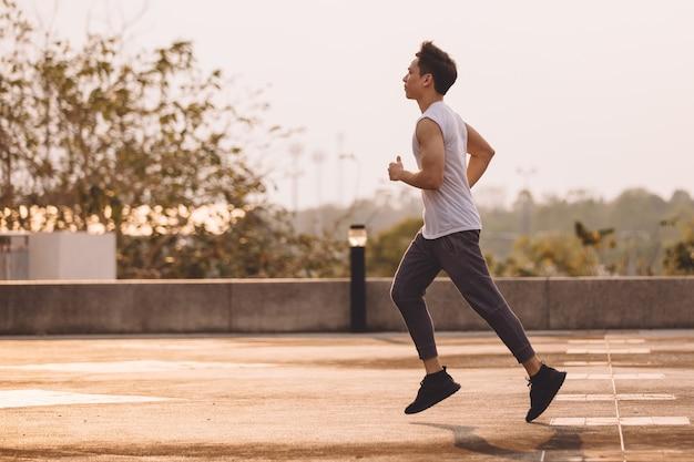 Uomo che corre al parco Foto Premium