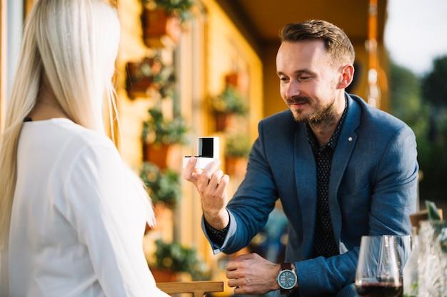 Uomo che dà l'anello di fidanzamento alla sua ragazza Foto Gratuite