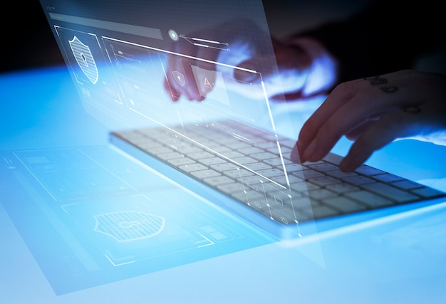 Uomo che digita generando dati di sicurezza Foto Premium