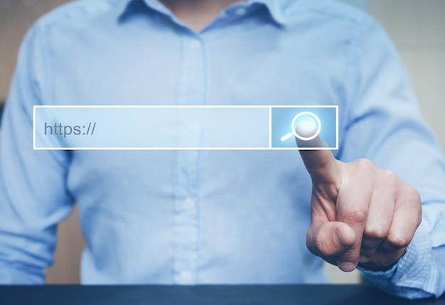 Uomo che fa clic sulla pagina di ricerca di internet sul touchscreen del computer. Foto Premium