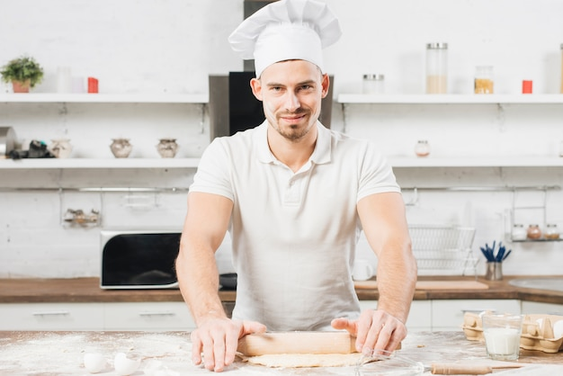 Uomo che fa la pasta per la pizza Foto Gratuite