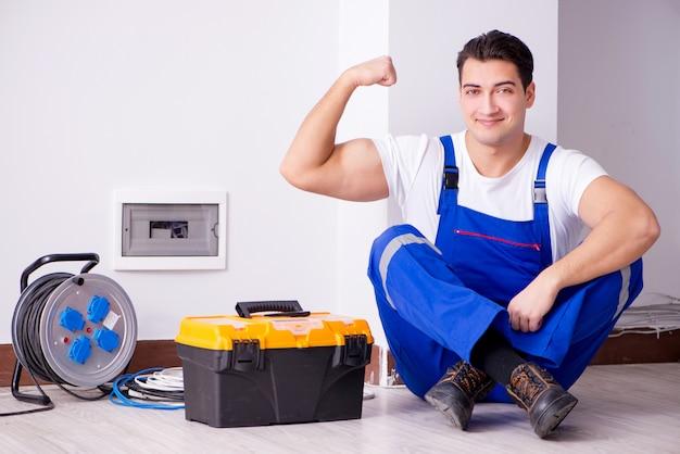 Uomo che fa le riparazioni elettriche a casa Foto Premium