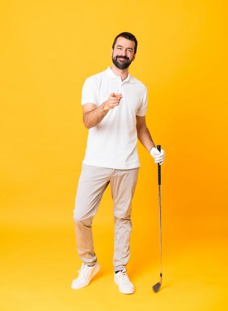 Uomo che gioca a golf e che punta verso la parte anteriore Foto Premium