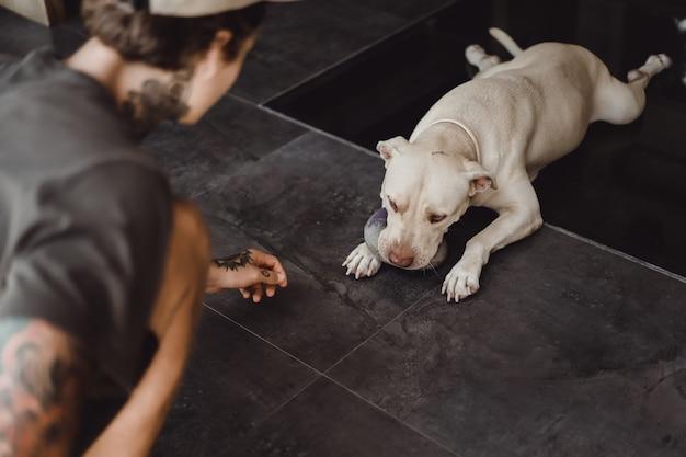 Uomo che gioca con un cane Foto Gratuite