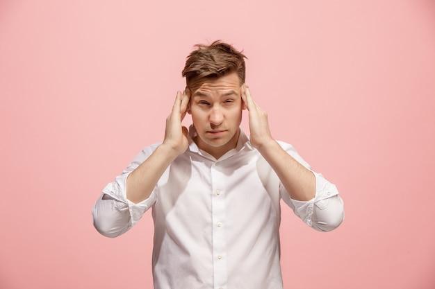 Uomo che ha mal di testa. isolato su rosa Foto Gratuite
