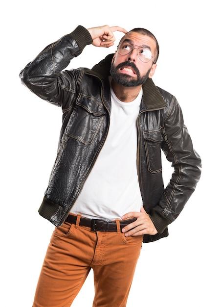 Uomo che indossa una giacca di pelle che pensa  452e75b3aaf
