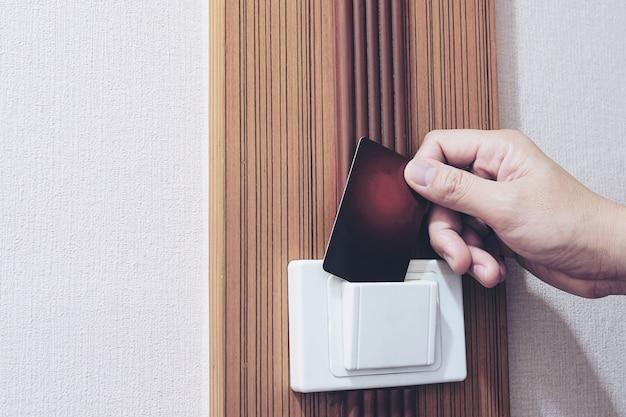 Uomo che mette l'interruttore della carta chiave nella camera d'albergo Foto Gratuite