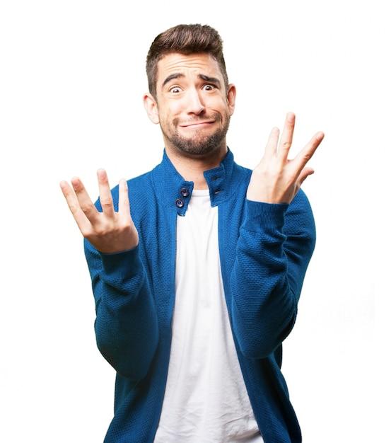 Uomo che mette su una faccia strana con le mani alzate