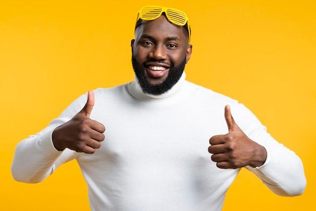 Uomo che mostra segno giusto Foto Gratuite