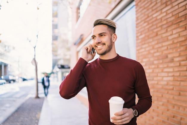 Uomo che parla al telefono all'aperto. Foto Premium