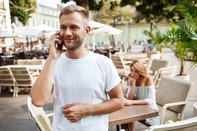 Uomo che parla al telefono mentre la sua ragazza è annoiata. Foto Gratuite