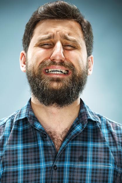 Uomo che piange in camicia blu Foto Gratuite