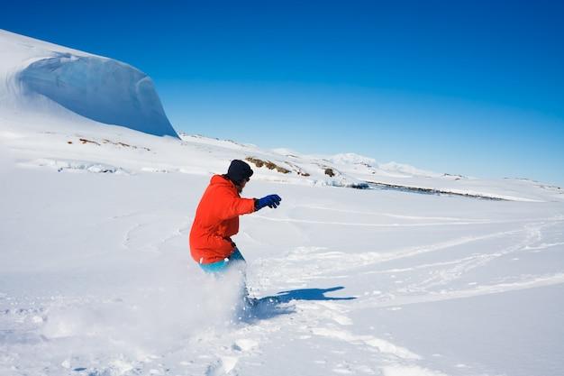 Uomo che pratica sport invernali Foto Premium