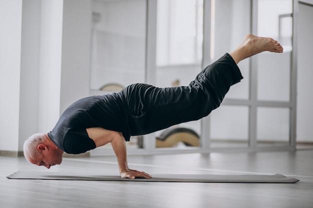 Uomo che pratica yoga in palestra Foto Gratuite
