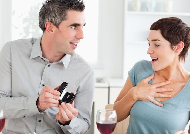 Uomo che propone alla sua ragazza Foto Premium