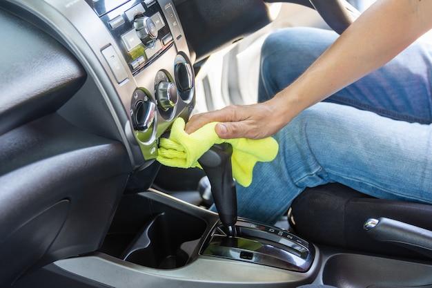 Uomo che pulisce auto con un panno in microfibra Foto Premium