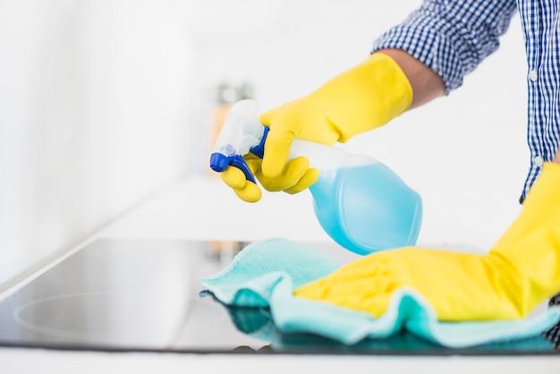 Uomo che pulisce la sua casa Foto Gratuite