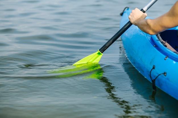 Uomo che rema un kayak sul lago Foto Gratuite