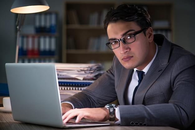 Uomo che resta in ufficio per lunghe ore Foto Premium