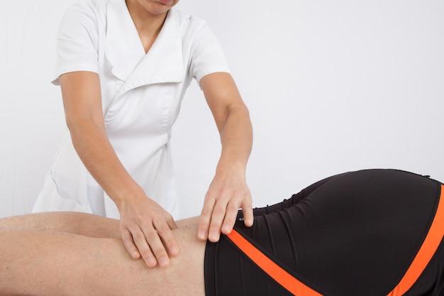 Uomo che riceve massaggio alla schiena al salone spa Foto Premium