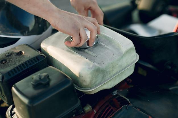 Uomo che ripara il motore di un'auto Foto Gratuite