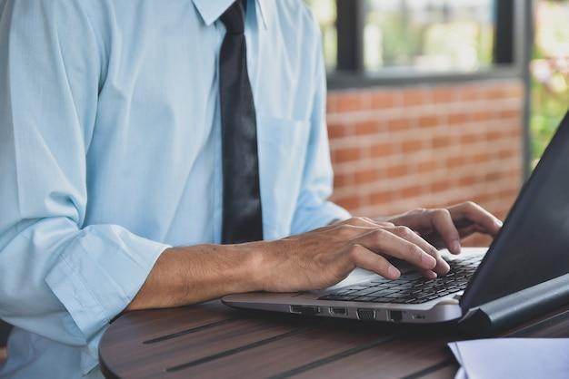 Uomo che scrive sul computer portatile Foto Premium