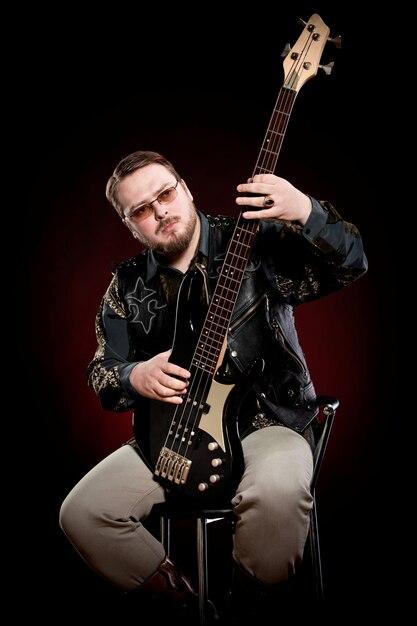 Uomo che suona il basso elettrico Foto Premium