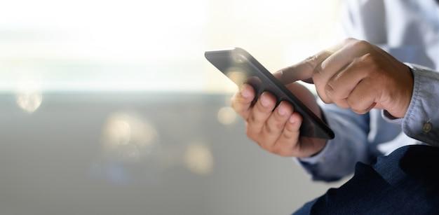 Uomo che tiene compressa digitale nelle mani Foto Premium