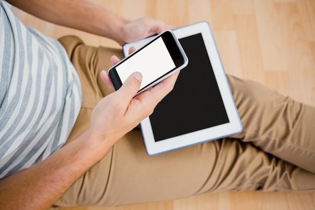 Uomo che usando il suo telefono cellulare Foto Premium