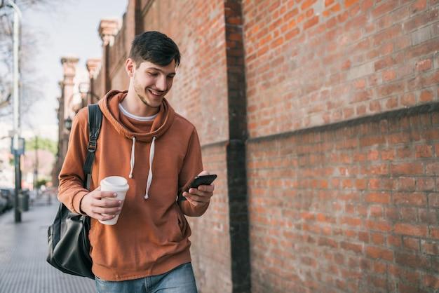Uomo che usando il suo telefono cellulare. Foto Premium