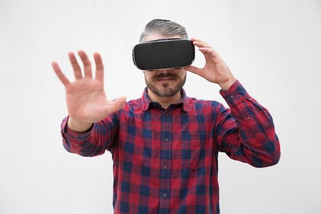 Uomo che usando le cuffie da realtà virtuale Foto Gratuite