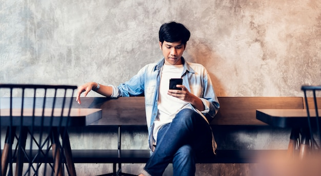 Uomo che usando smartphone Foto Premium