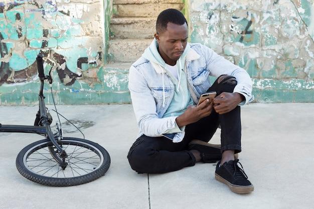 Uomo con bici in ambiente urbano Foto Gratuite