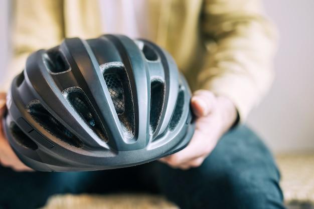 Uomo con casco da bici Foto Gratuite