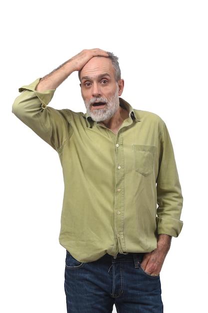 Uomo con espressione di dimenticanza o sorpresa su sfondo bianco Foto Premium