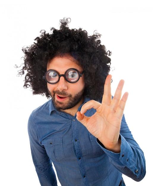 Uomo con espressione pazza che fa gesto ok Foto Premium