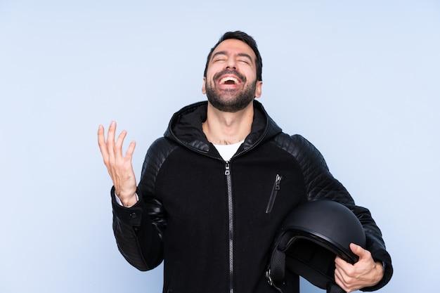 Uomo con il casco del motociclo sopra la parete isolata Foto Premium