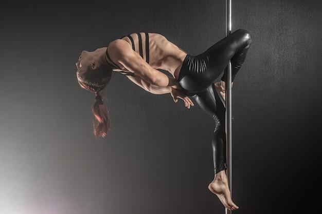 Uomo con il pilone ballerino del palo maschile ballando Foto Premium