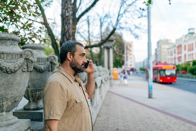 Uomo con il telefono in city street Foto Premium