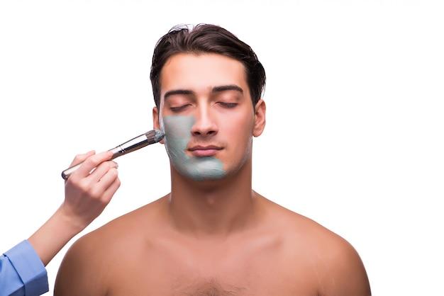 Uomo con la maschera di protezione che si applica sul bianco Foto Premium