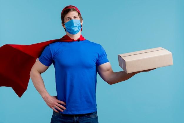 Uomo con la scatola della tenuta della maschera medica Foto Gratuite