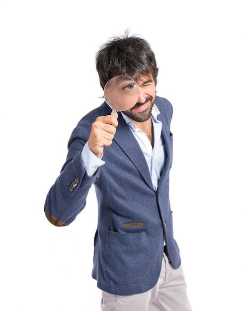 Uomo con lente di ingrandimento su sfondo bianco - Specchio con lente di ingrandimento ...