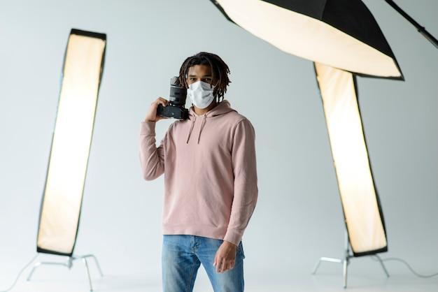 Uomo con maschera e macchina fotografica Foto Gratuite