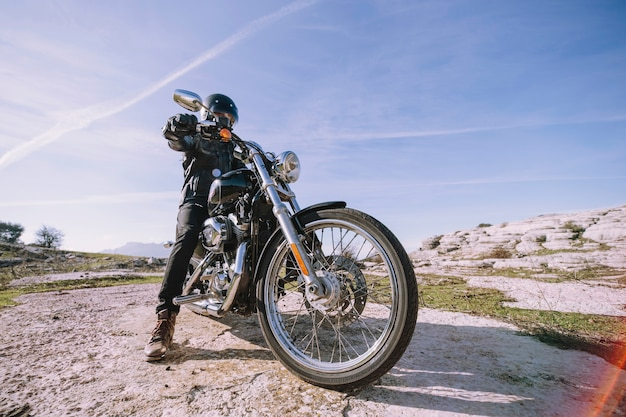 Uomo con moto su roccia Foto Gratuite