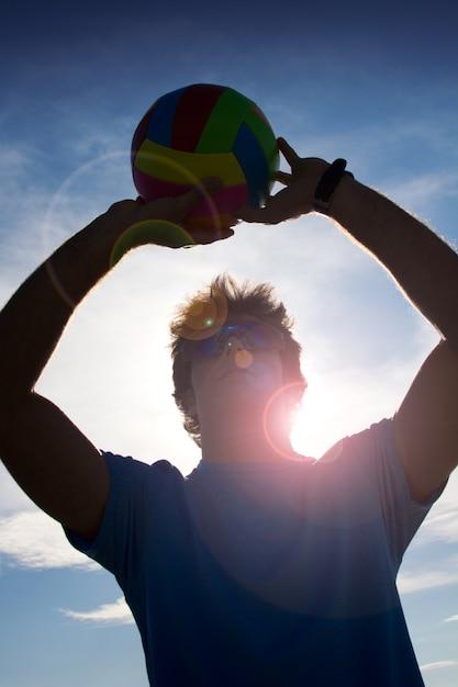 Uomo con palla di pallavolo Foto Gratuite