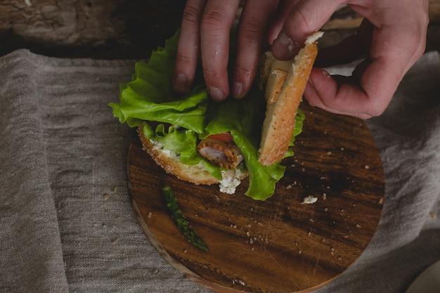 Uomo con sandwich Foto Gratuite