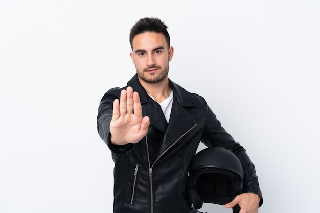 Uomo con un casco da motociclista facendo fermata gesto Foto Premium